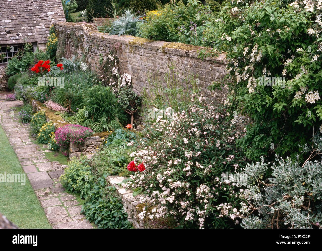 Piante Perenni Da Fiore confine piantato con piante perenni e arbusti da fiore in
