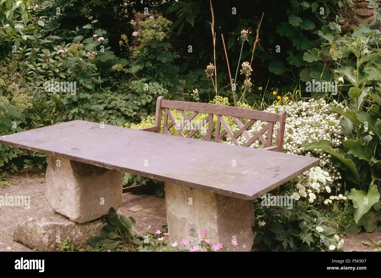 Tavoli Da Giardino In Pietra.Tavolo Da Giardino Realizzato Da Slate Top Sulla Pietra Grezza