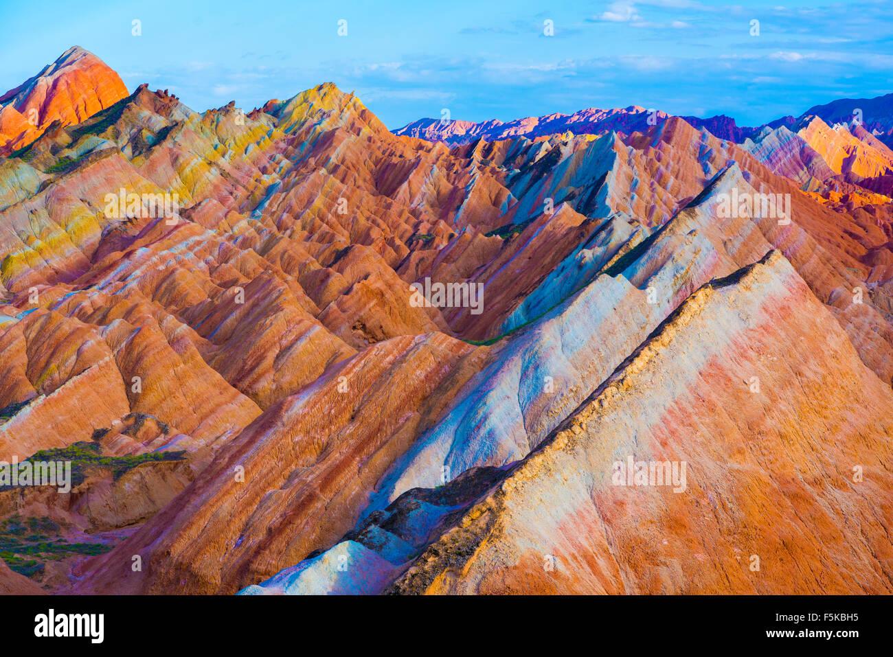 Forme Coloful a Zhanhye Danxie Geo Park, la Cina nella provincia del Gansu, Ballands erosi in colori muliple Immagini Stock