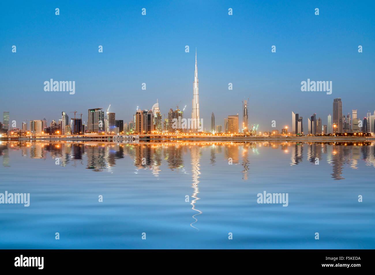 Skyline di torri si riflette nel torrente all'alba in Business Bay in Dubai Emirati Arabi Uniti Foto Stock