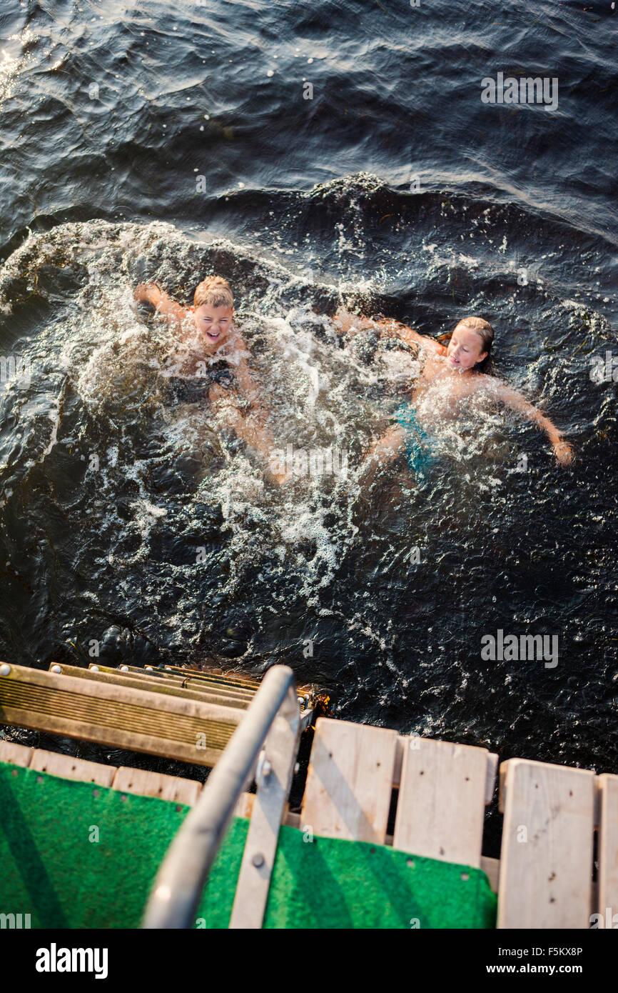 La Svezia, Oland, Gronhogen, fratello (10-11) e sorella (6-7) nuoto Immagini Stock
