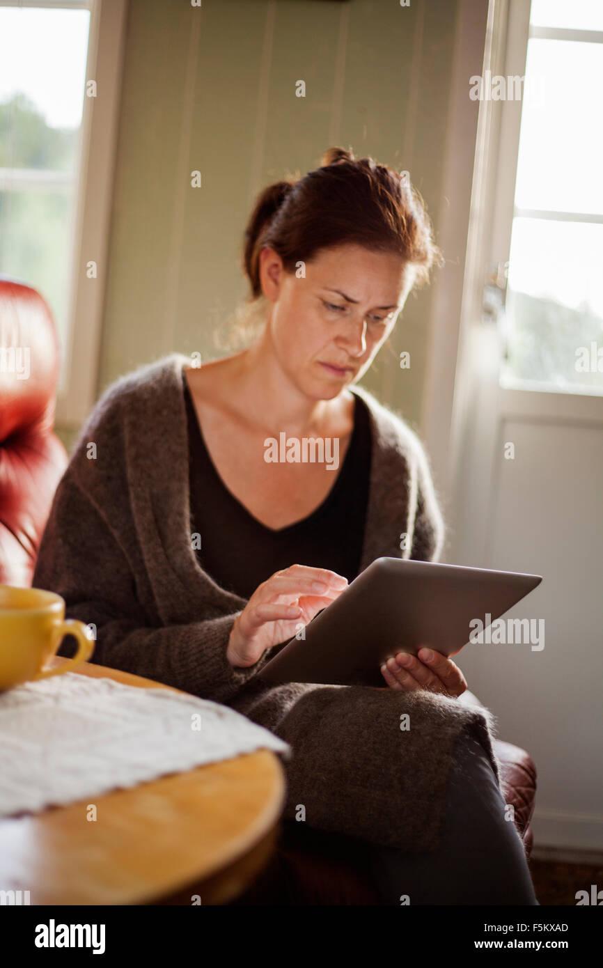 Metà donna adulta con tavoletta digitale Immagini Stock