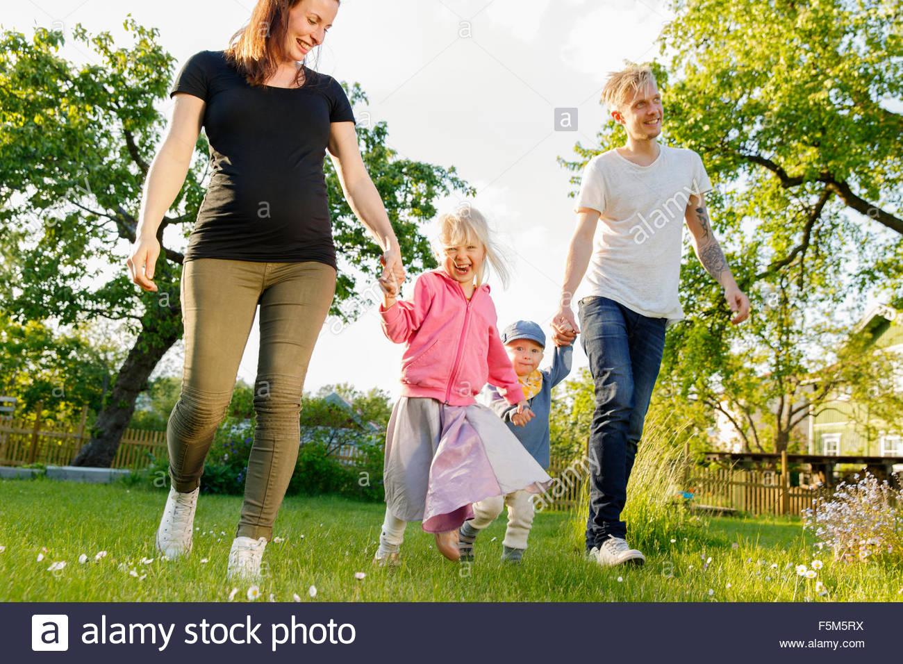 La Svezia Sodermanland, Jarna, famiglia con due bambini (12-17 mesi, 4-5) in giardino Immagini Stock