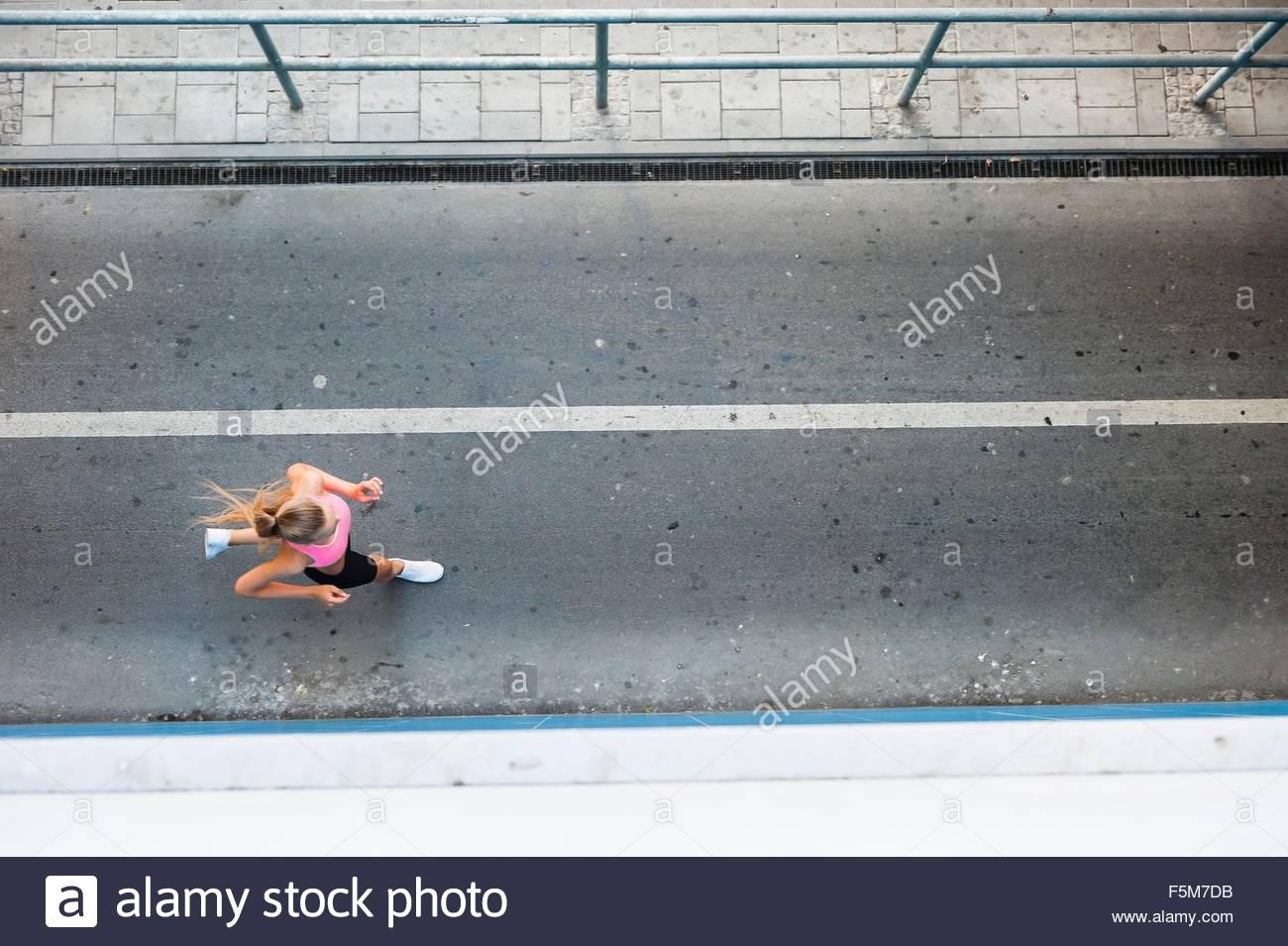 Vista aerea del giovane femmina runner che corre lungo la passerella Immagini Stock