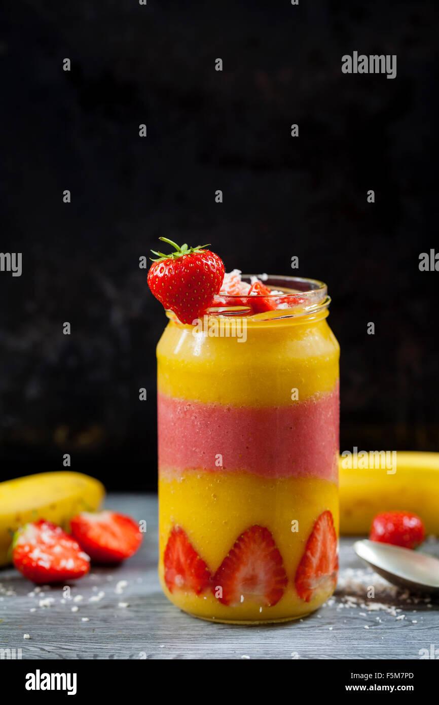 Mango e il frullato fragole Immagini Stock