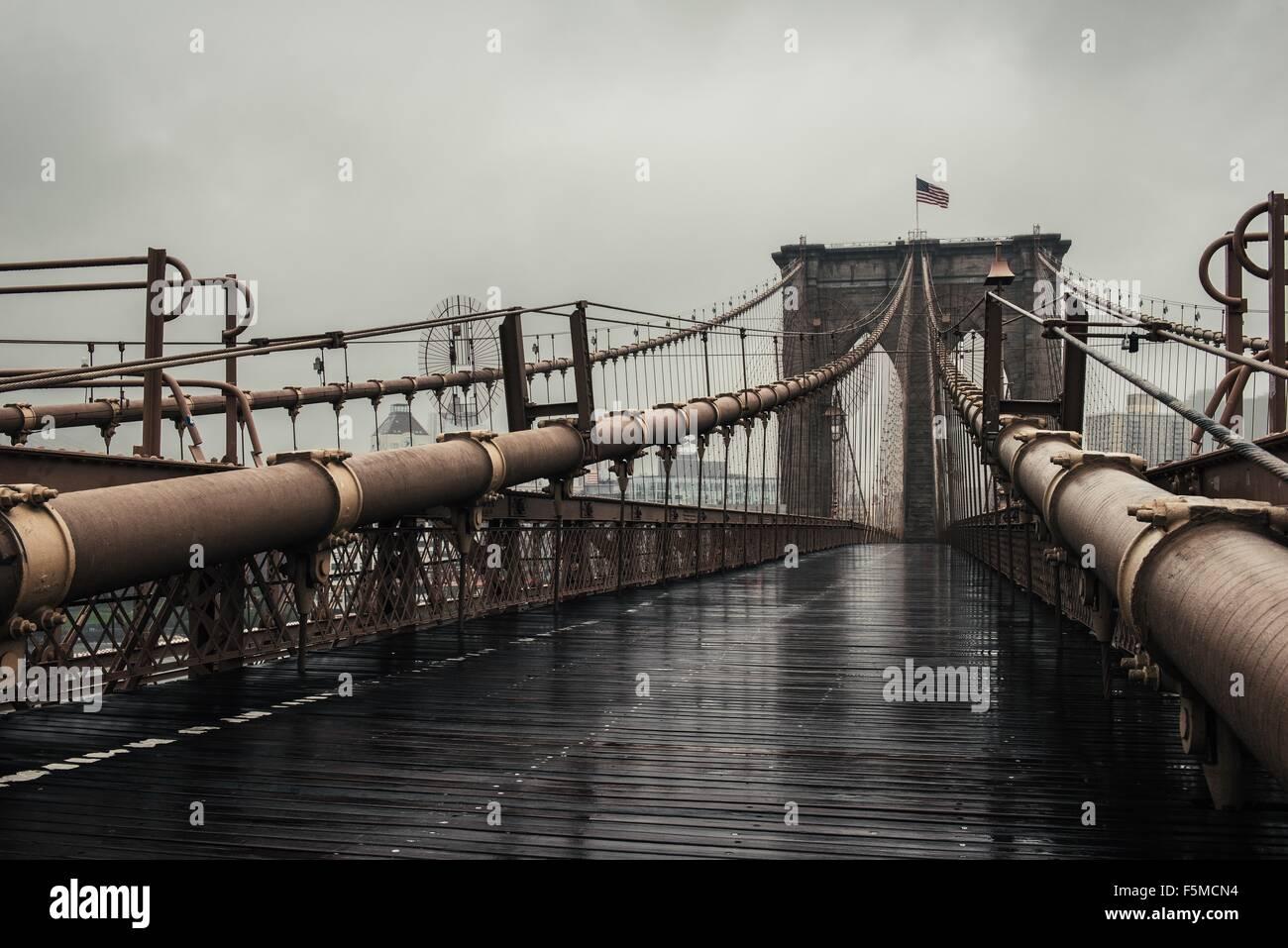 Vista della passeggiata sul Ponte di Brooklyn, New York, Stati Uniti d'America Immagini Stock