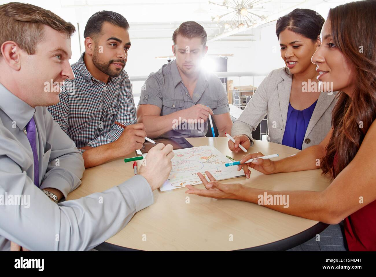 Piccolo gruppo di persone aventi il brainstorming meeting aziendali Immagini Stock