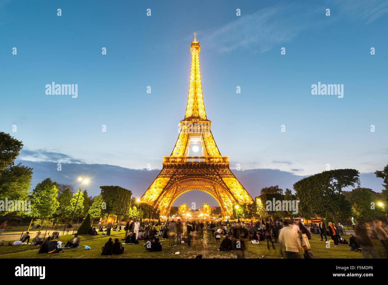 Illuminata dalla Torre Eiffel al tramonto, Torre Eiffel e Champ de Mars, Parigi, Ile-de-France, Francia Immagini Stock