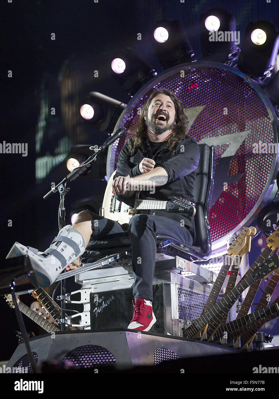 Foo Fighters eseguire su di loro a lungo atteso prima UK gig poiché Dave Grohl ha rotto la gamba e fu costretto Immagini Stock
