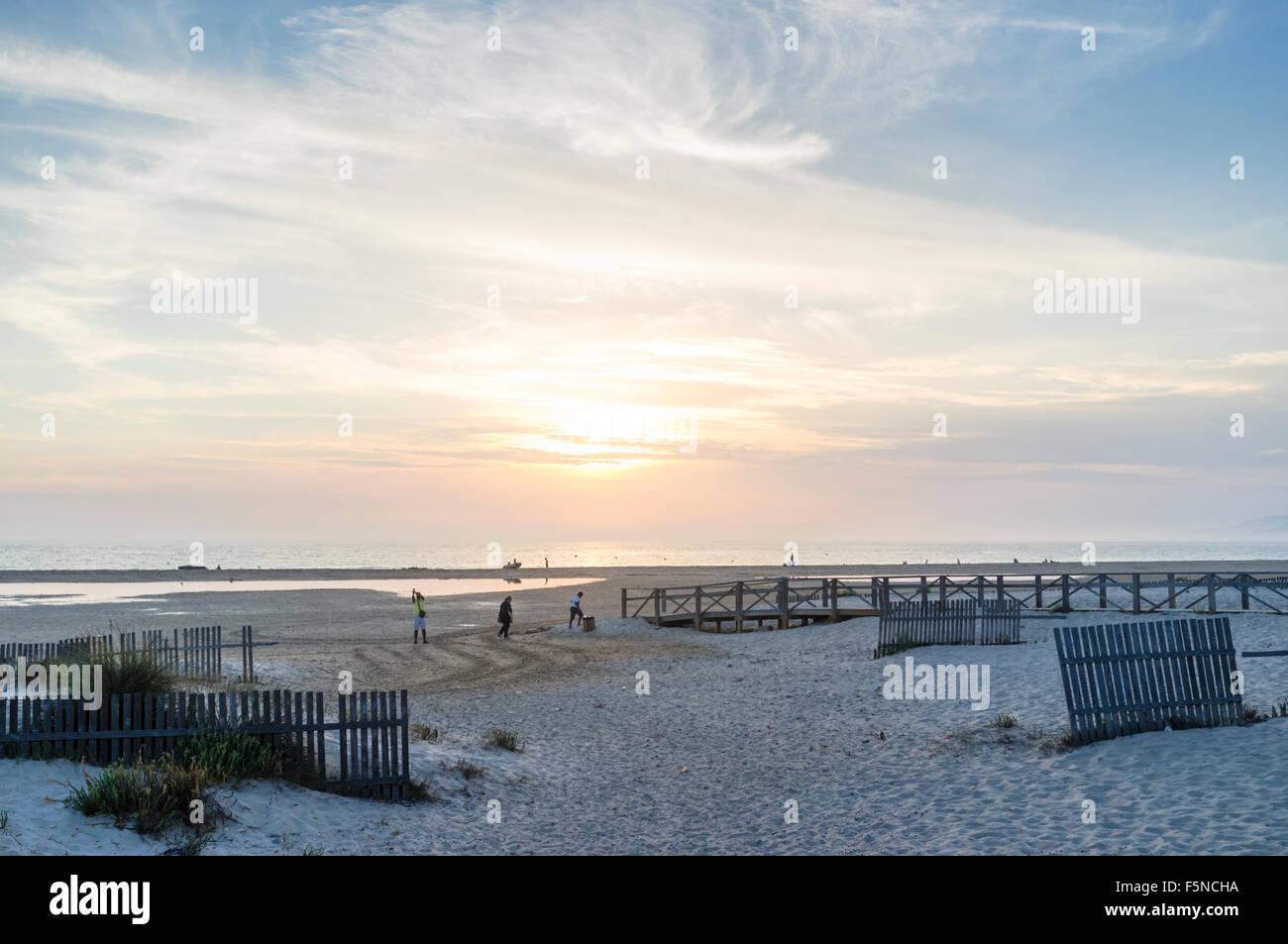 Tramonto a tarifa spiaggia con sabbia scherma. Tarifa, Andalusia, Spagna Immagini Stock