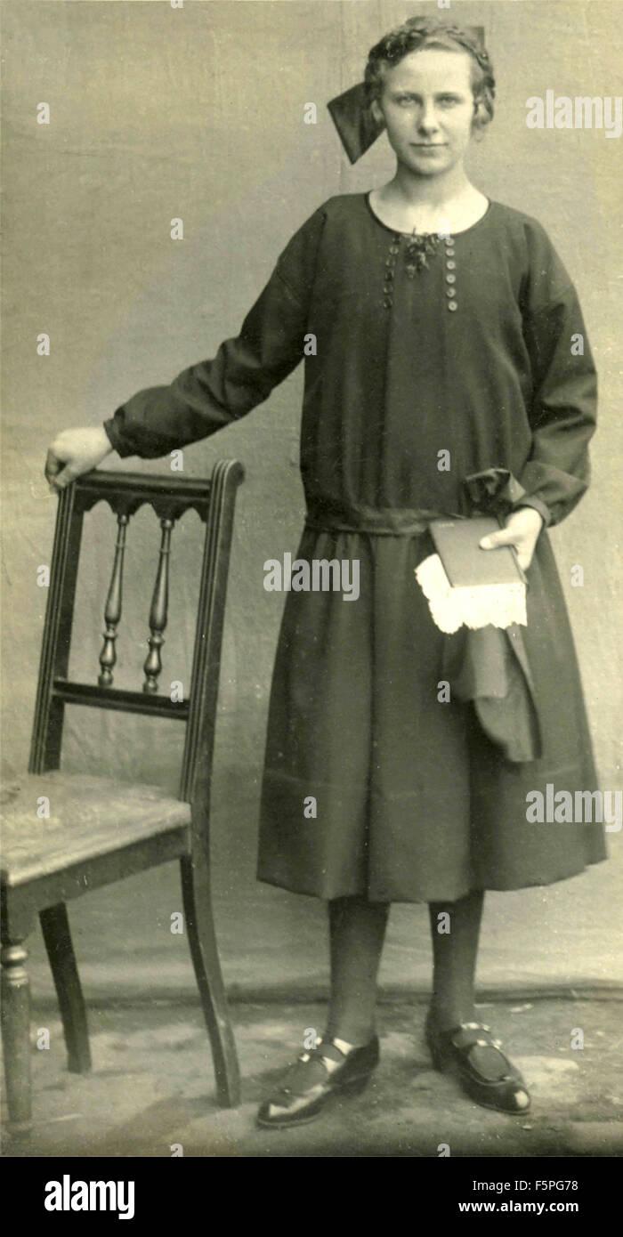 Ritratto di una giovane donna vestita di bianco e nero collare, Italia Immagini Stock