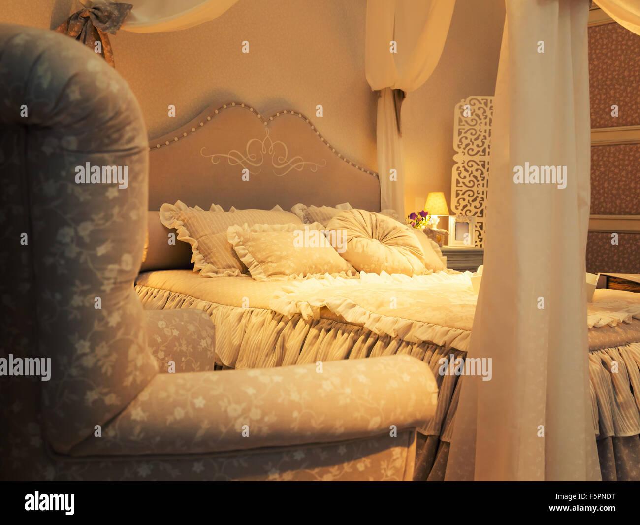 Bel lusso letto grande con cuscini in una camera da letto Immagini Stock