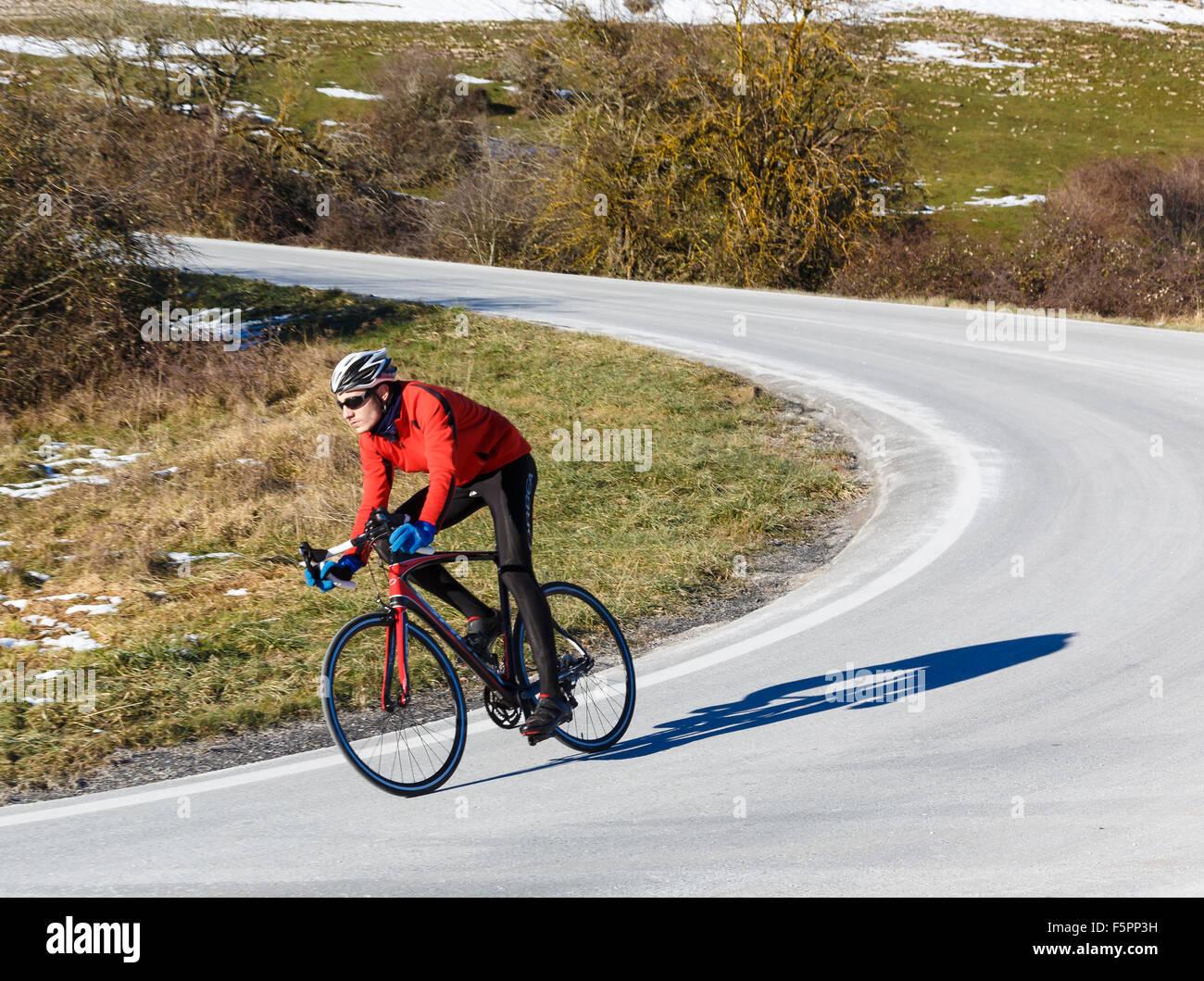 Ciclista su strada. Lizarraga pass. Navarra, Spagna, Europa. Immagini Stock