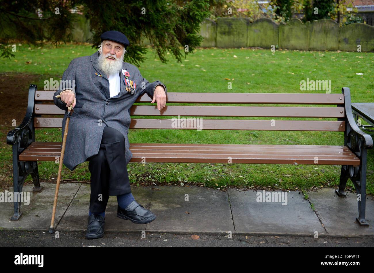II Guerra Mondiale veterano 92 anno vecchio George Evans tiene una sede nella chiesa Welington yard dopo il ricordo Immagini Stock