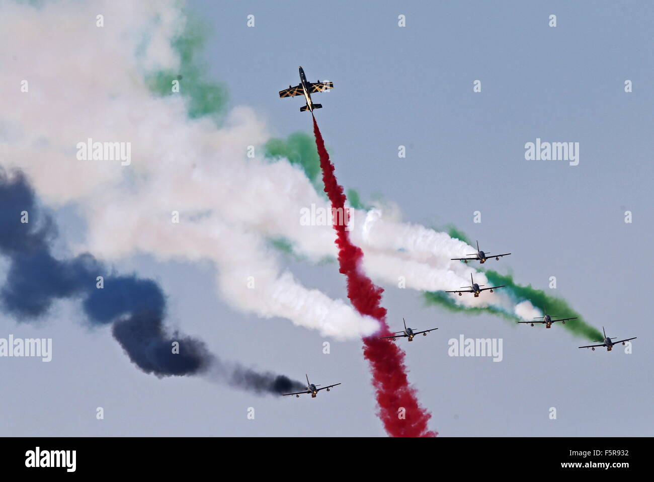 Dubai, Emirati Arabi Uniti. 8 Novembre, 2015. UAE Air Force aerobatic team Al Fursan in volo al 2015 Airshow di Immagini Stock