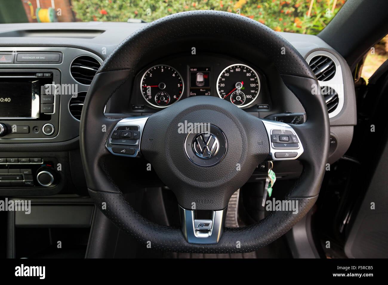 L'interno di un 2015 VW Tiguan 2.0 TDi BlueMotion Technology R-Line auto. Immagini Stock