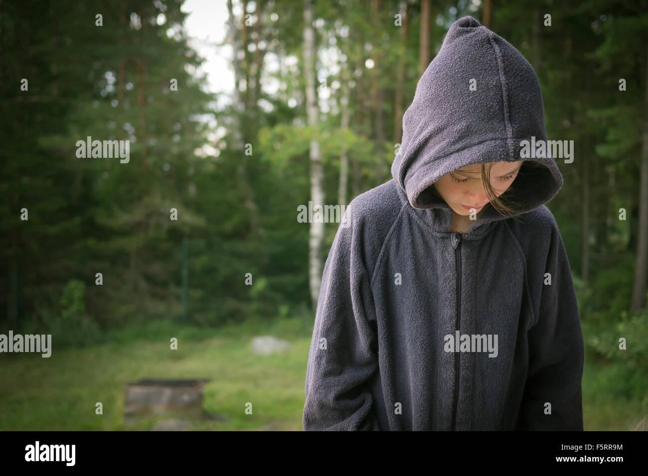 La Svezia, Vastergotland, Lerum, ragazza in felpa guardando lakeshore Immagini Stock