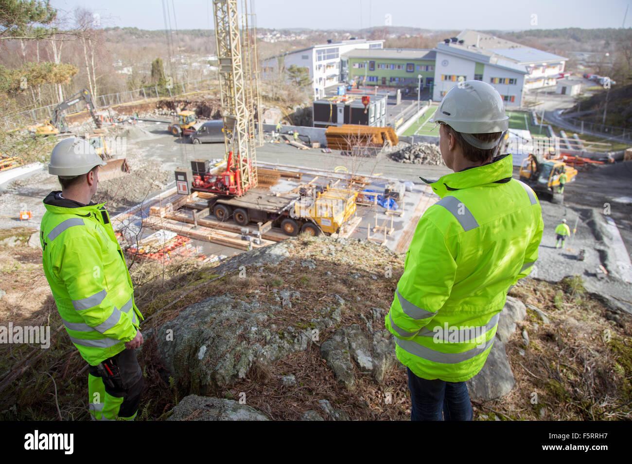 La Svezia, Bohuslan, Torslanda, due lavoratori sul sito in costruzione Immagini Stock