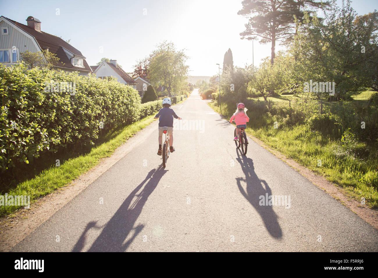 La Svezia, Vastergotland, Lerum, bambini (10-11, 12-13) escursioni in bicicletta nella giornata di sole Immagini Stock