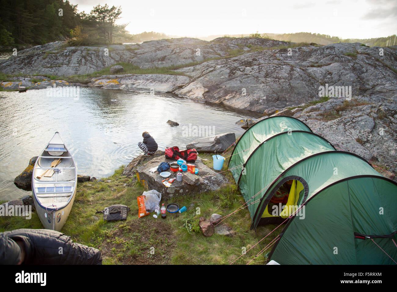 La Svezia, Costa Ovest, Bohuslan, Flato, Tenda sulla riva rocciosa Immagini Stock