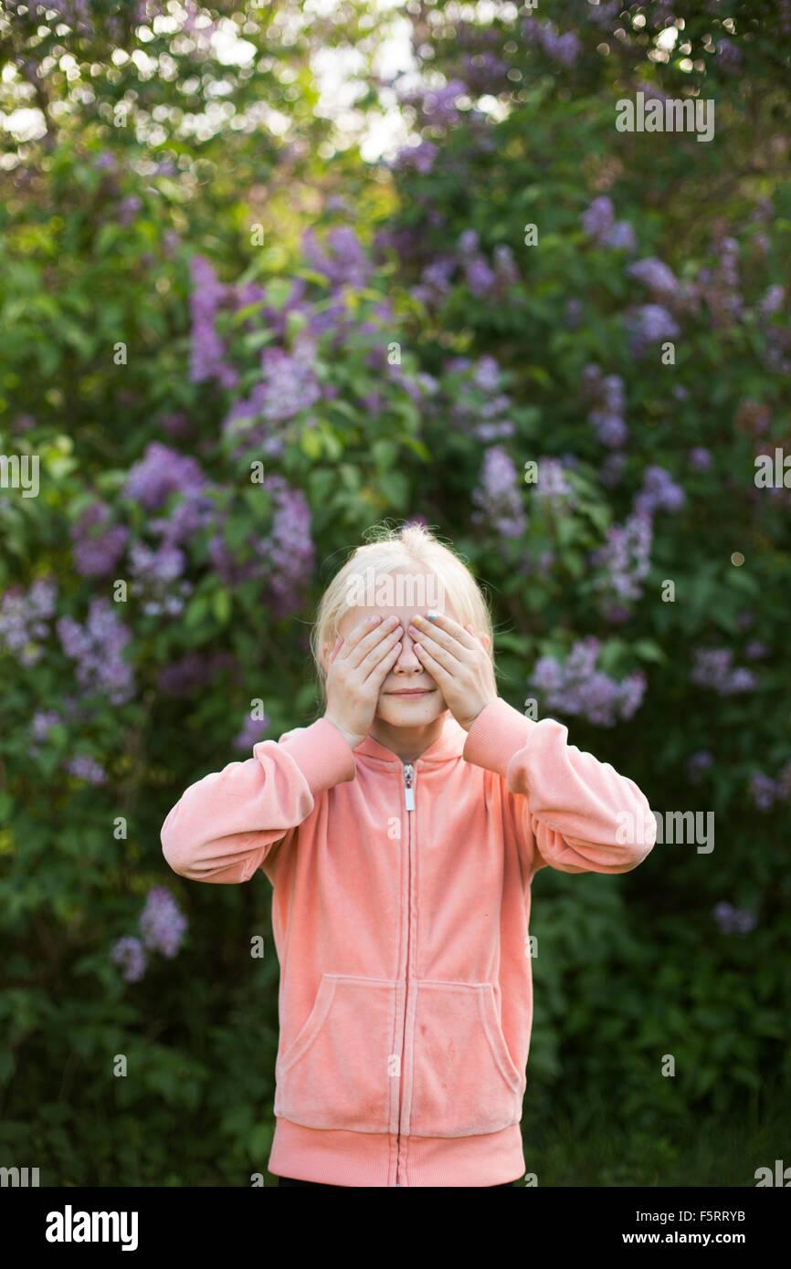 La Svezia, Vastergotland, Ritratto di una ragazza (10-11) in giardino Immagini Stock