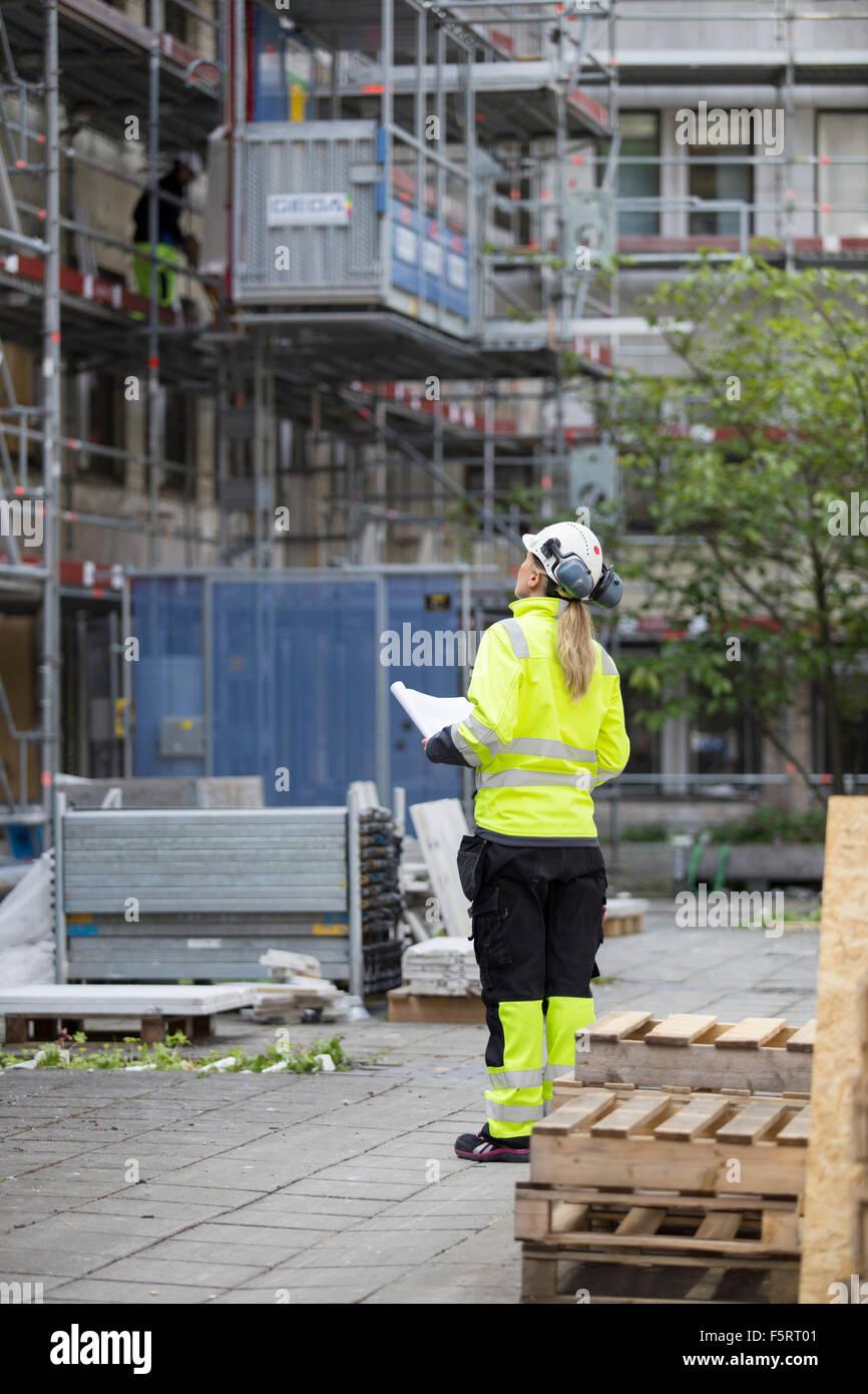 La Svezia, Vastergotland, Operaio Edile guardando il sito in costruzione Immagini Stock