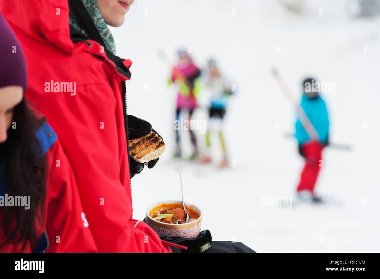 La Svezia, Stoccolma, Bjorkhagen, Hammarbybacken, Donna tenendo la coppa con pasto Immagini Stock