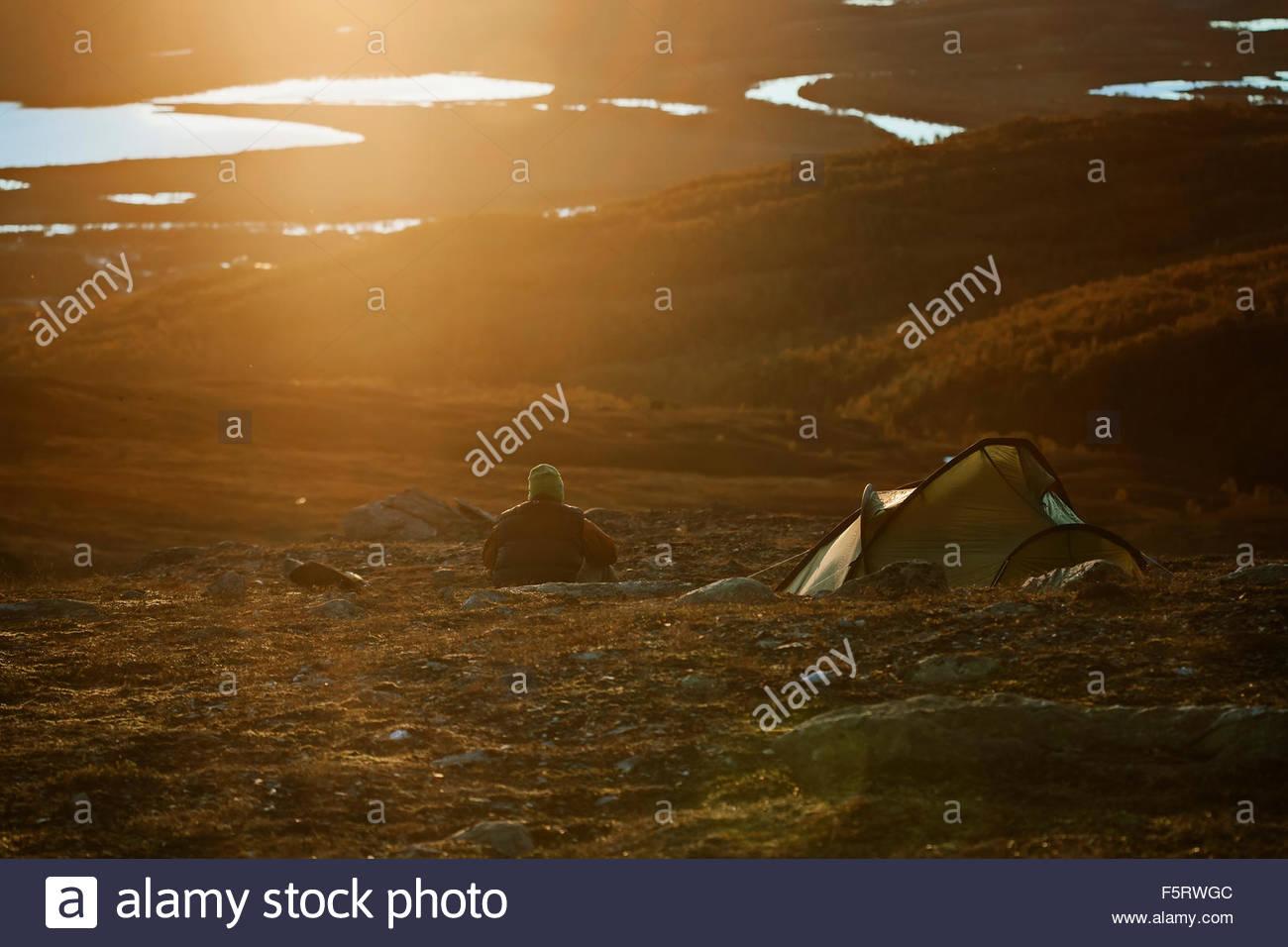 La Svezia Vasterbotten, Hemavan, uomo campeggio al tramonto Immagini Stock