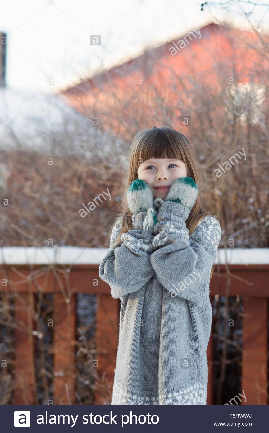 La Svezia Vasterbotten, bambina (4-5) che indossa un maglione e manopole Immagini Stock
