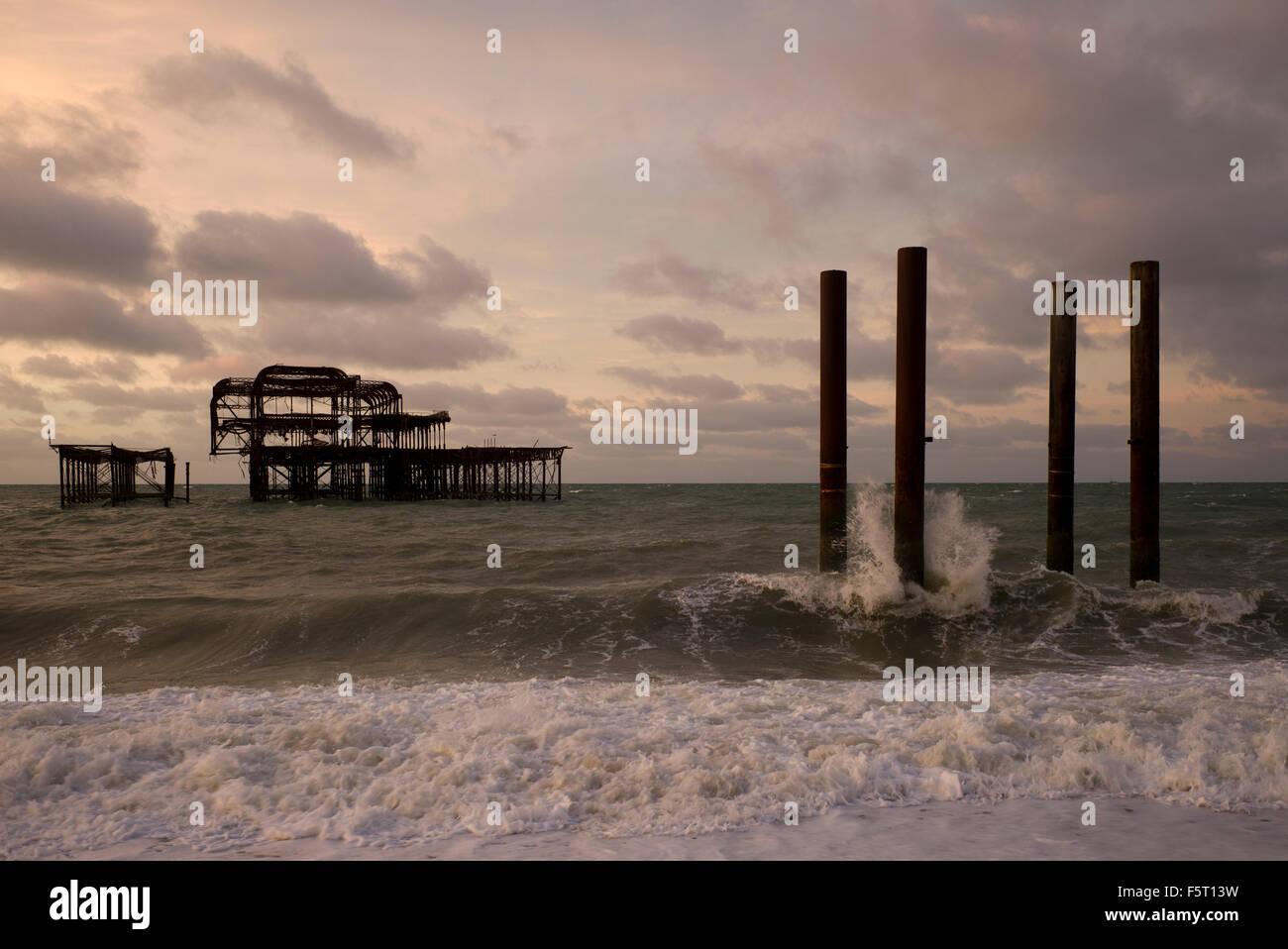 Brighton West drelict Pier, mare mosso e cielo tempestoso Immagini Stock