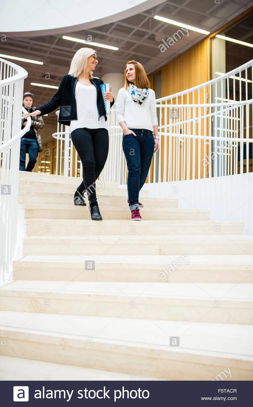Finlandia, due donne a piedi giù per le scale Immagini Stock