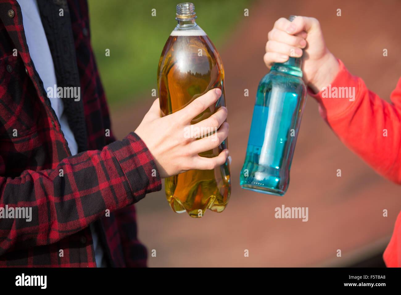 Close up adolescenti bere alcool insieme Immagini Stock