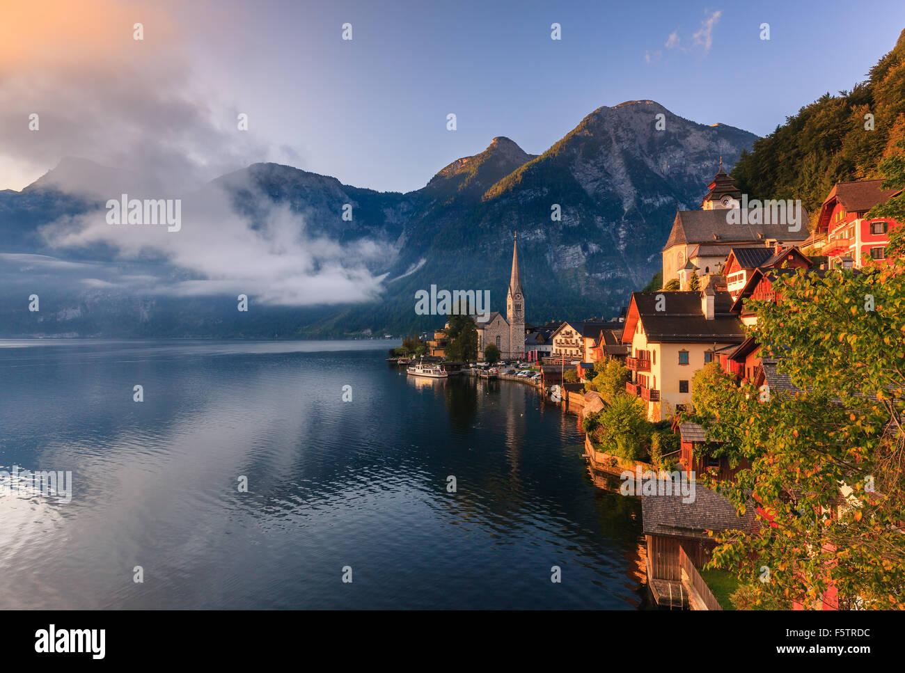Sunrise di Hallstatt, in Austria Superiore è un villaggio nella regione del Salzkammergut, una regione in Austria. Immagini Stock