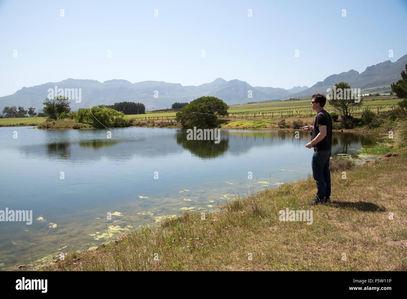 Uomo di pesca a mosca nel Western Cape regione del Sud Africa Immagini Stock