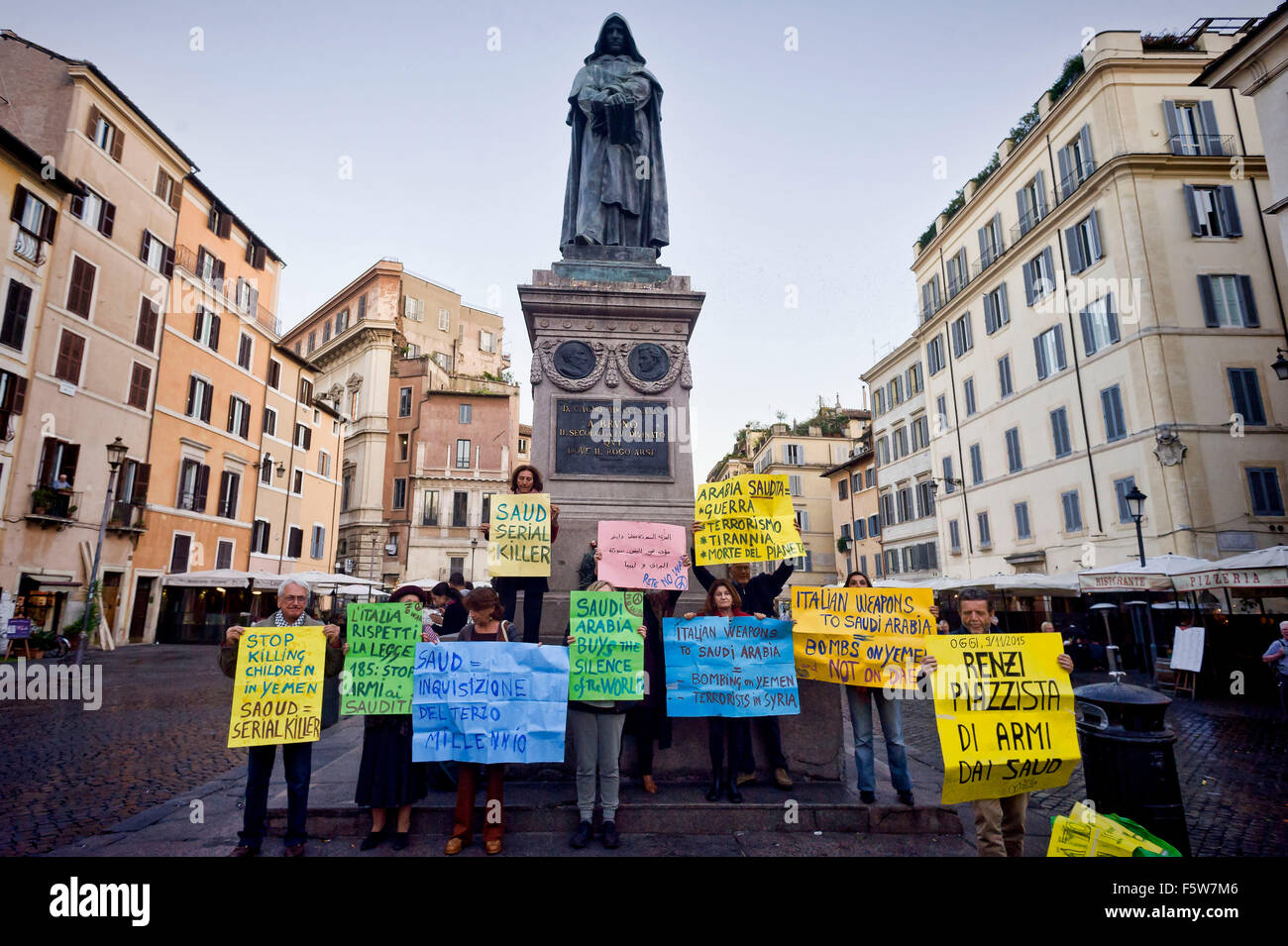Roma, Italia. Il 9 novembre 2015. Protesta di alcuna rete di guerra di fronte alla statua di Giordano Bruno in Piazza Immagini Stock