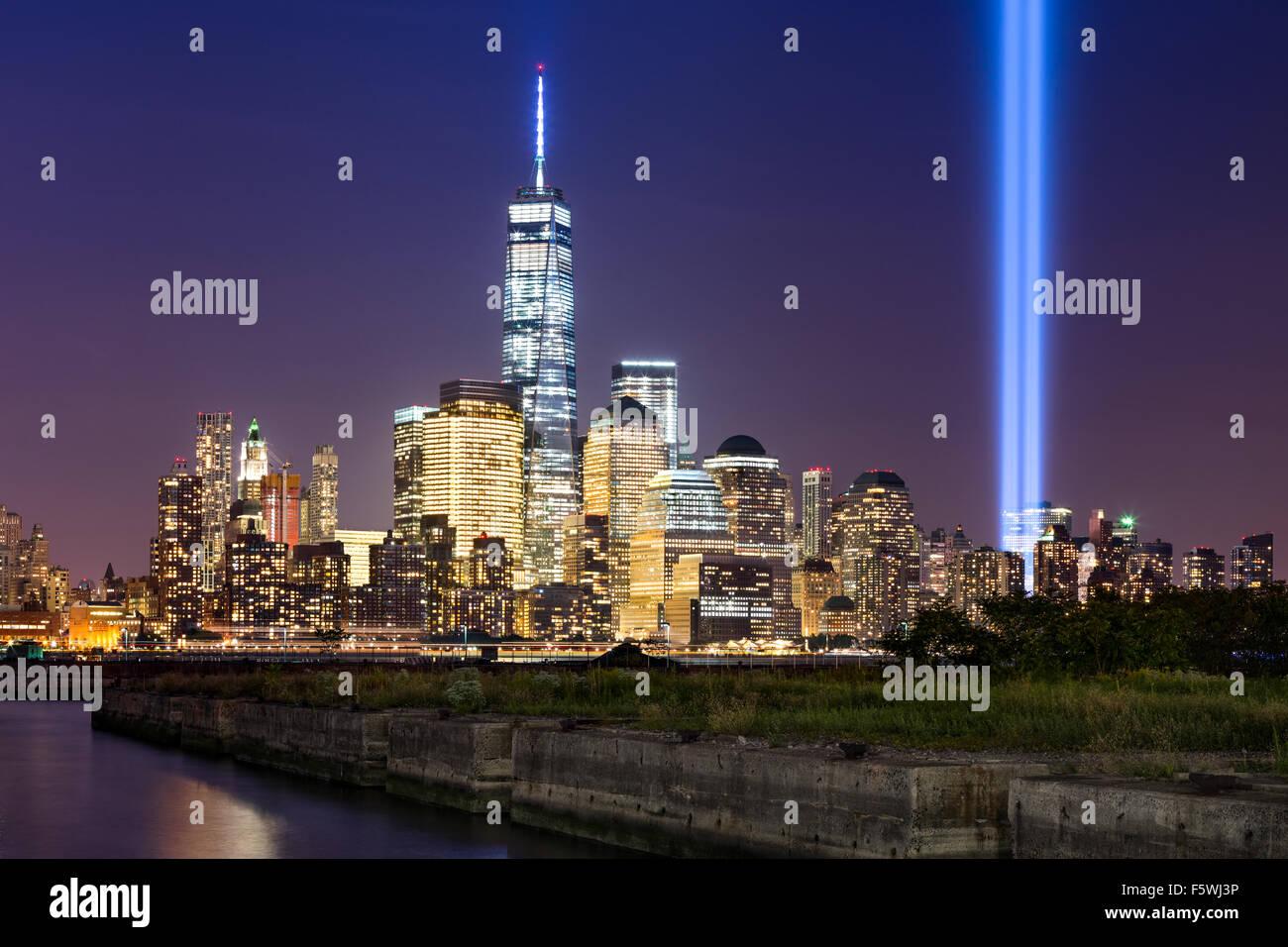 Omaggio alla luce, due colonne verticali di luce salire sopra Manhattan inferiore adiacente al nuovo World Trade Immagini Stock