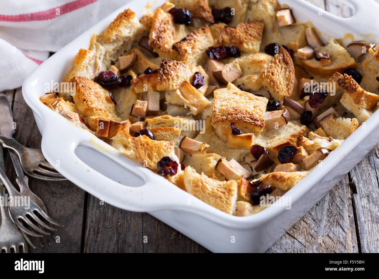 Pudding di pane prima colazione casseruola con pera e mirtilli secchi Immagini Stock
