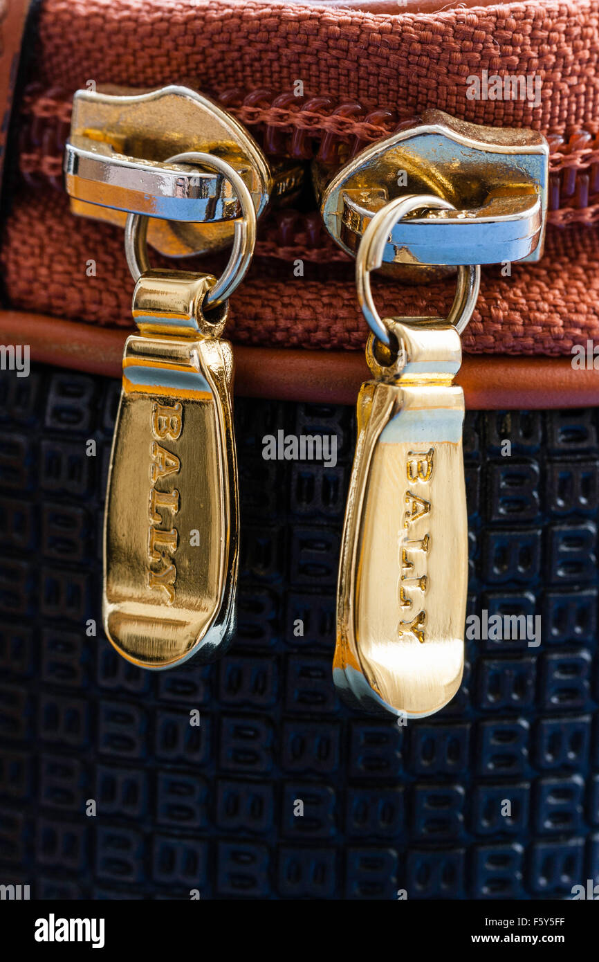 In prossimità delle teste di cerniera lampo su Bally borsa alla moda. Color oro con chiusure lampo di 'bally' Immagini Stock