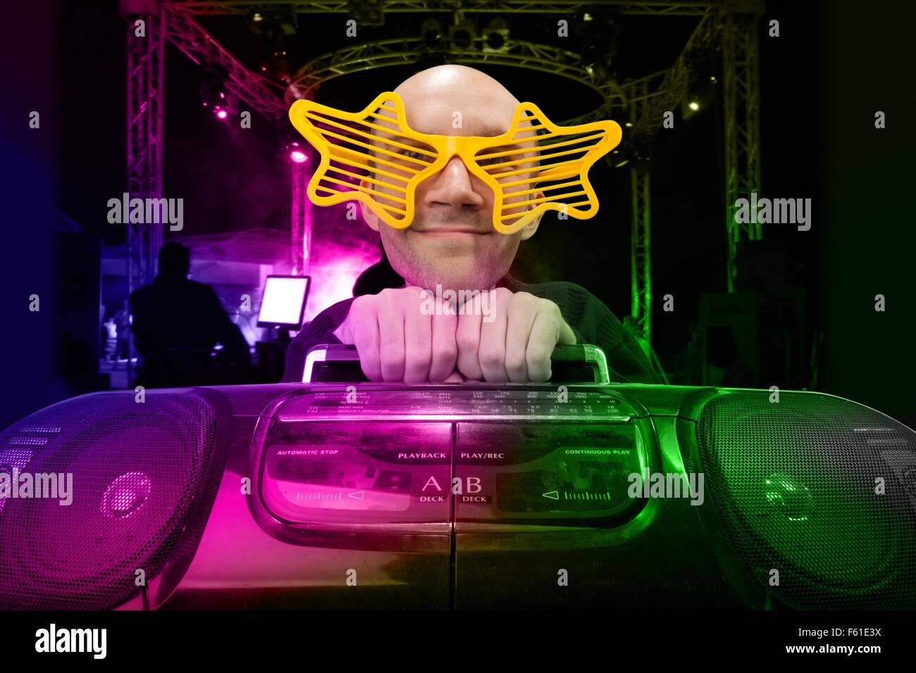 Funny nerd con boom box e stella bicchieri in discoteca Immagini Stock