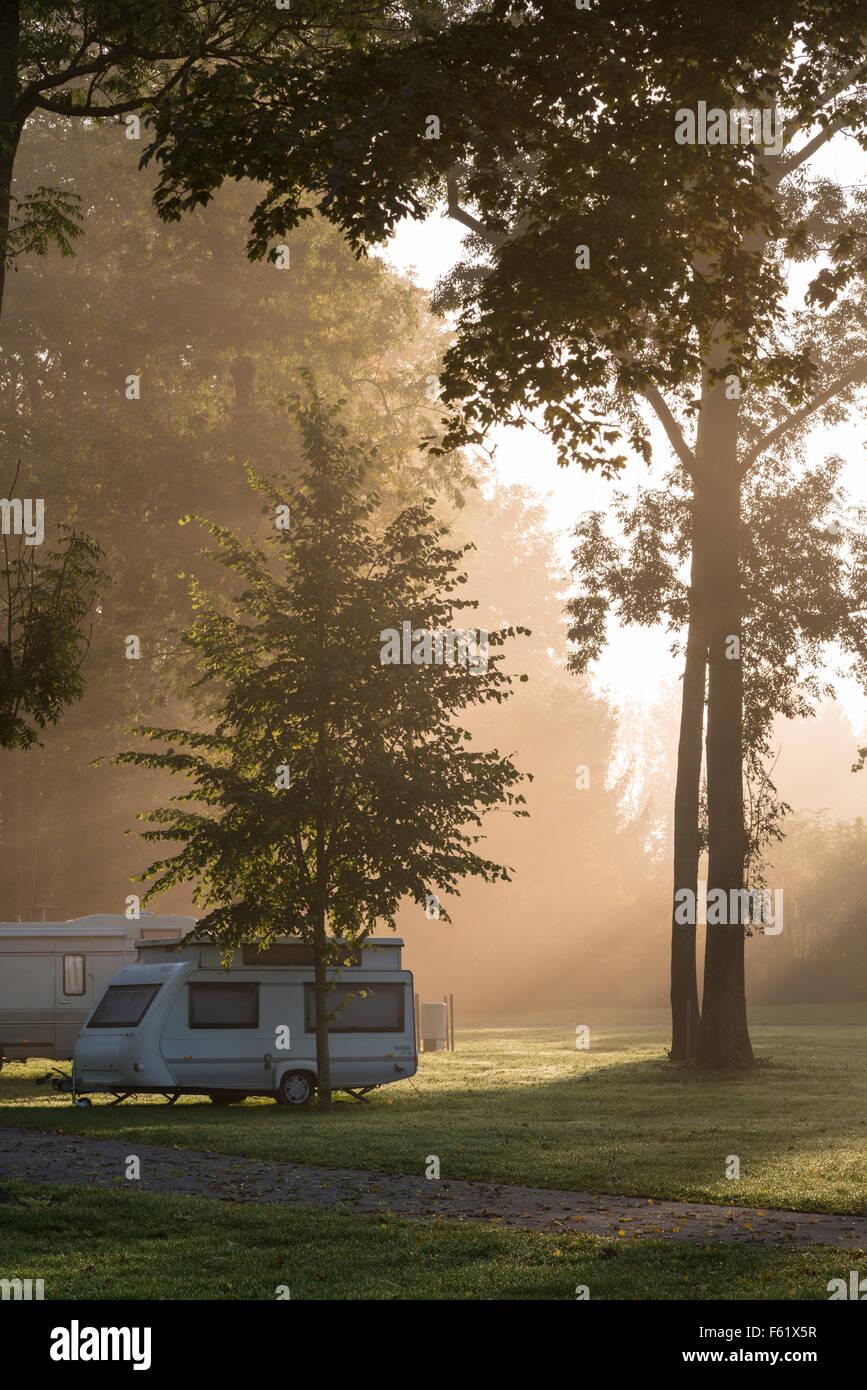 Un campeggio e caravaning nella nebbia all'alba in Francia Immagini Stock