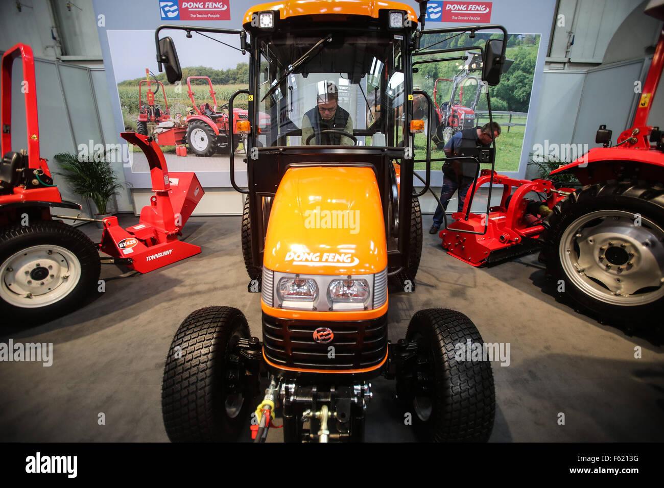 Hannover, Germania. Decimo Nov, 2015. Visitatori vista macchinari agricoli modelli di Dong Feng dello stand durante Immagini Stock