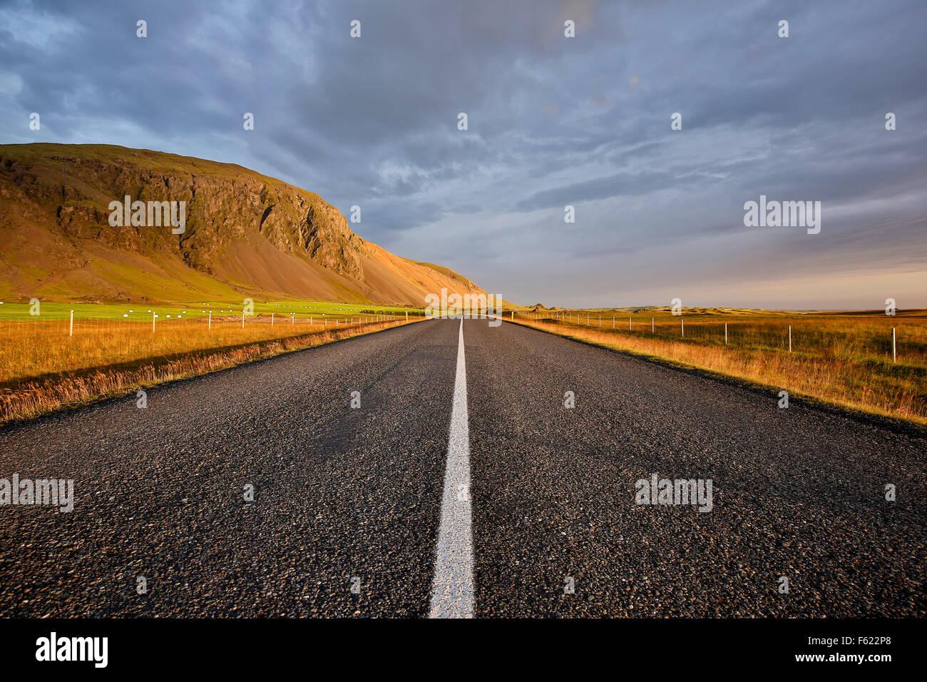 Percorso 1 (Ring Road) e il paesaggio di montagna vicino a Hofn, Islanda Immagini Stock