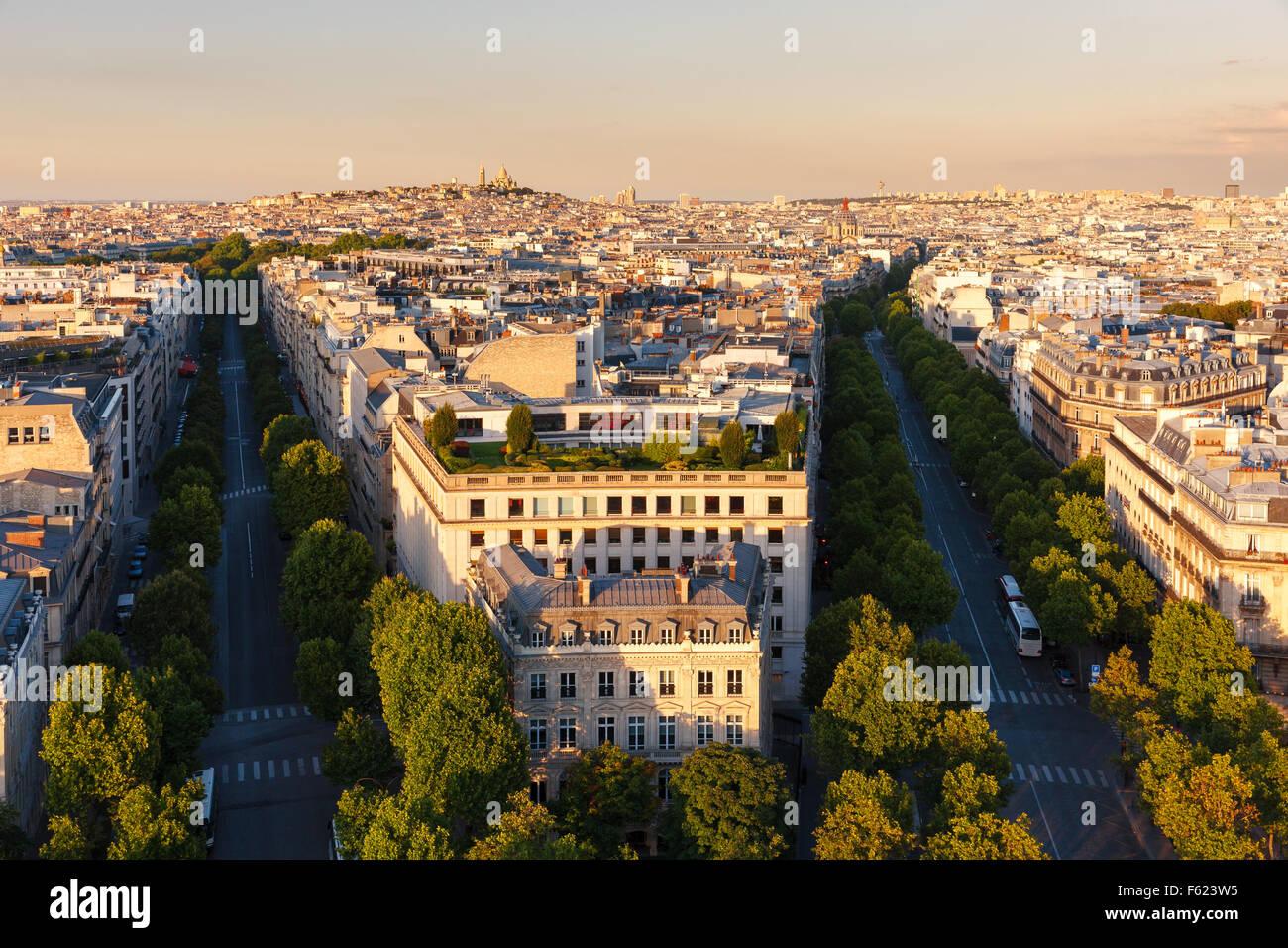 Il centro di Parigi, nel tardo pomeriggio, viali Hoch e de Friedland alla fine del pomeriggio nell'ottavo arrondissement. Immagini Stock