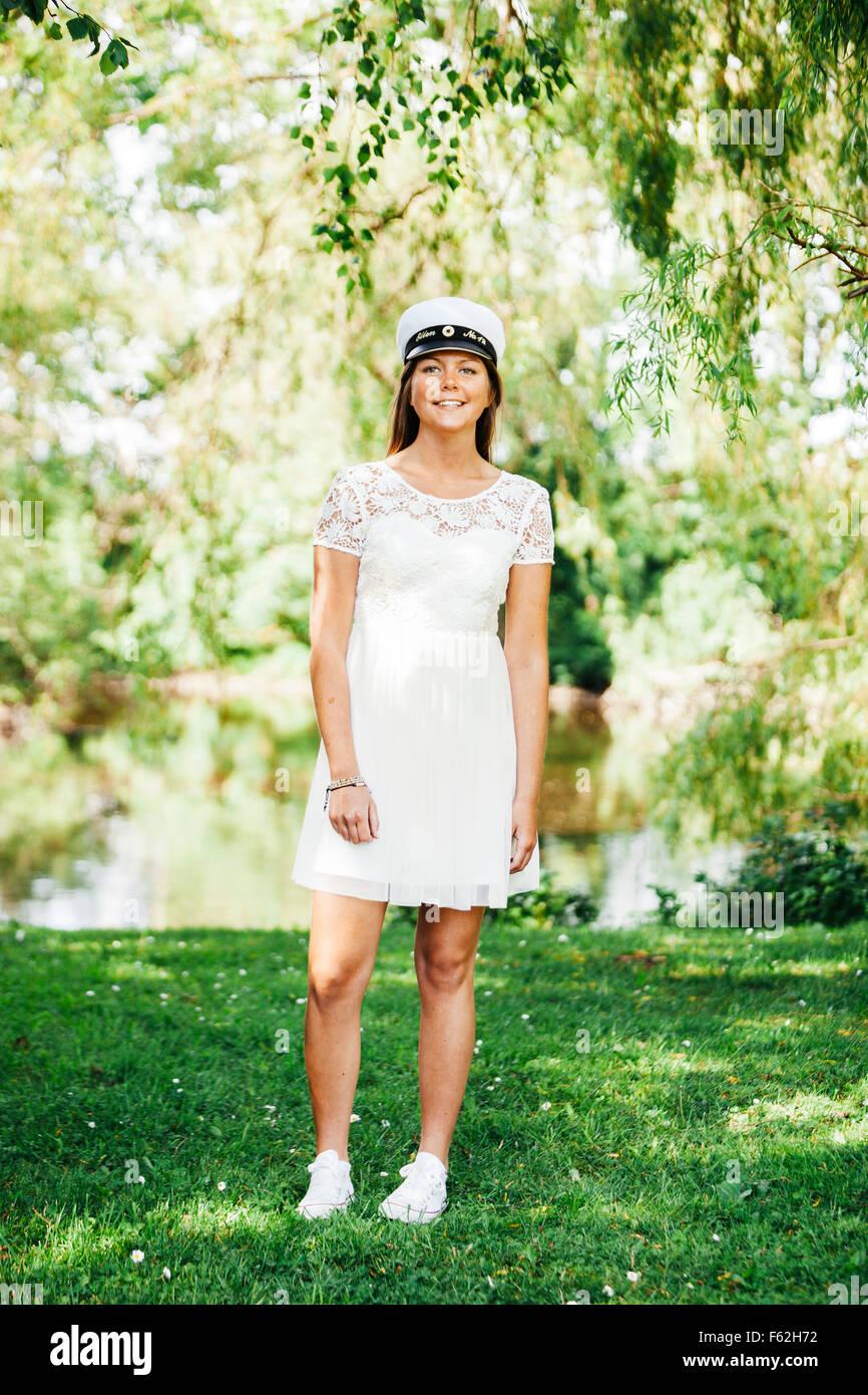 A piena lunghezza ritratto di donna felice si è laureato alla University park Immagini Stock