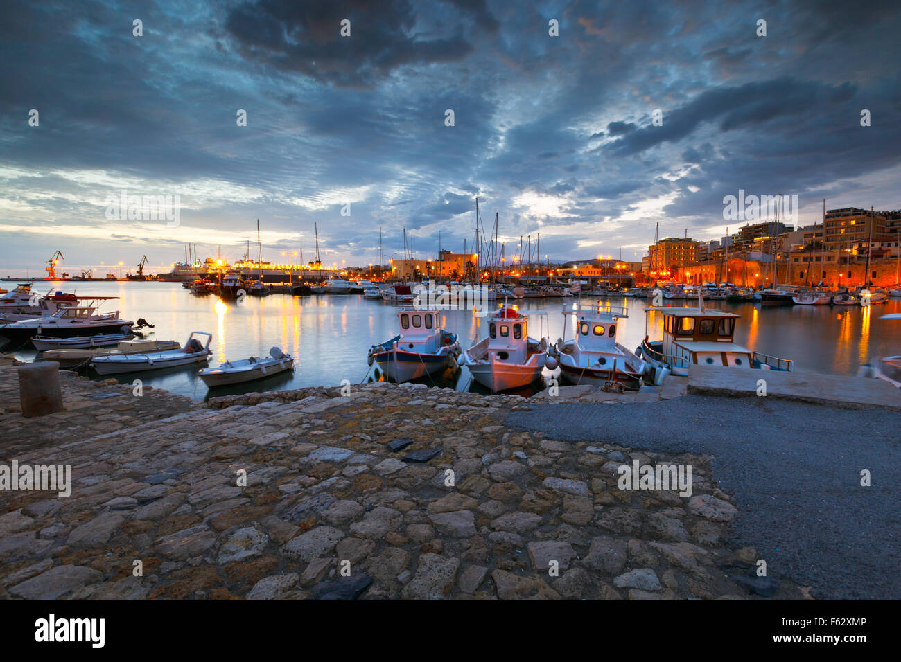 Il vecchio porto con barche da pesca e marina in Heraklion, Creta, Grecia Foto Stock