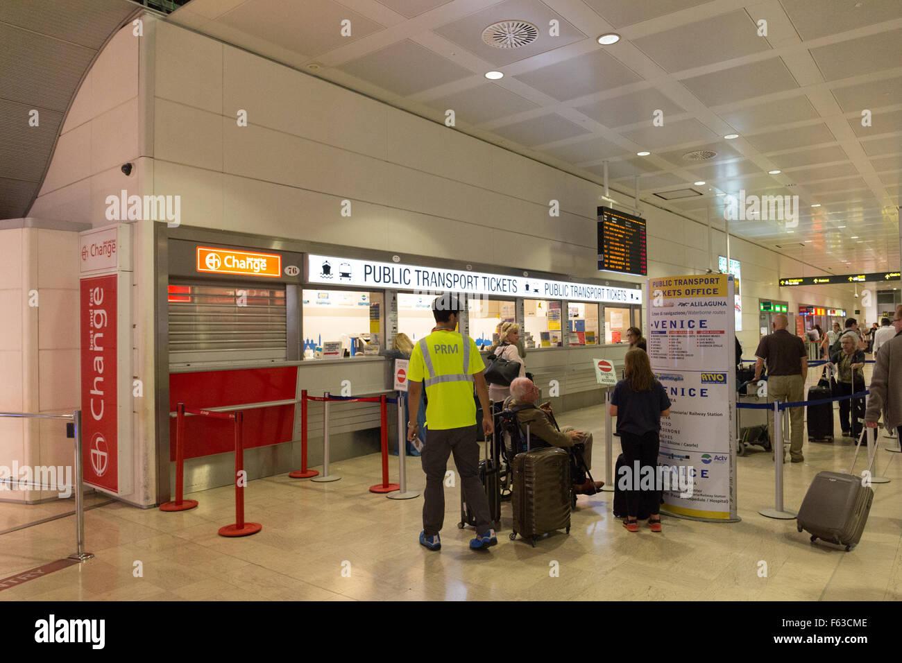 Biglietto di trasporto pubblico di superficie a Venezia Aeroporto Marco Polo  di Venezia Italia Foto stock - Alamy