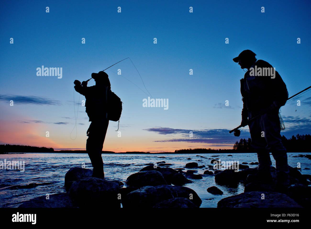 Volare pescatori cercando di catturare la trota fario. Lentua rapids, Kuhmo, in Finlandia. Immagini Stock