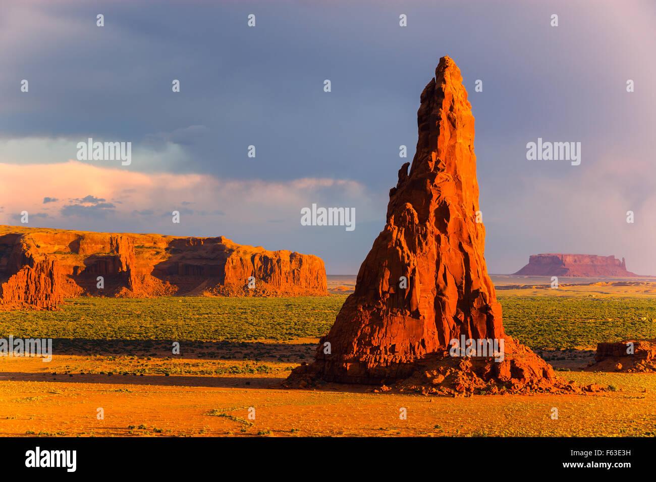 Dancing rocce vicino punto di roccia nella riserva Navajo in Northern Arizona, Stati Uniti d'America Immagini Stock