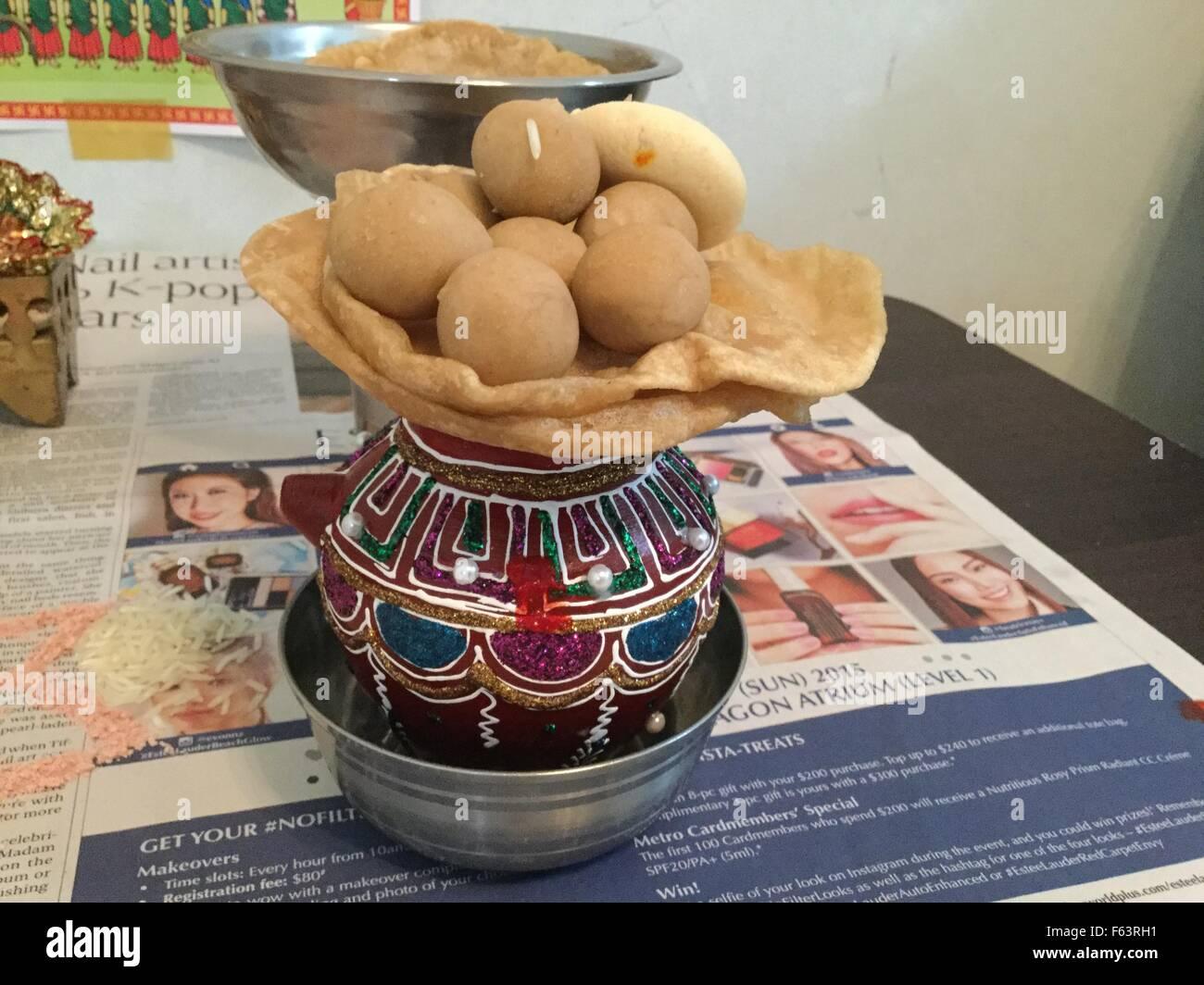 Rituale indiano pooja con colori di festa durante il Diwali pooja Immagini Stock