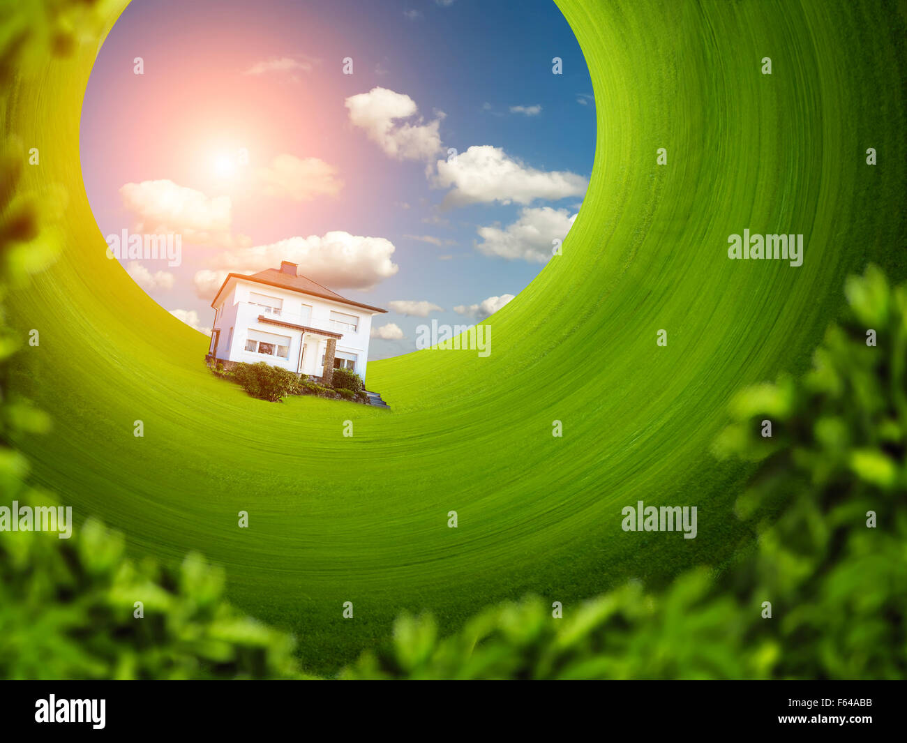 Il microcosmo della casa singola sul prato verde in rotazione Immagini Stock